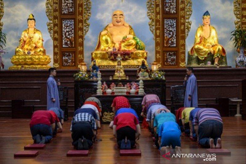 Warga Tionghoa sembahyang untuk sambut Tahun Baru Imlek 2571
