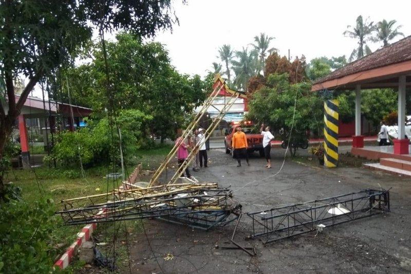 Sejumlah bangunan rusak terkena angin kencang di Blitar