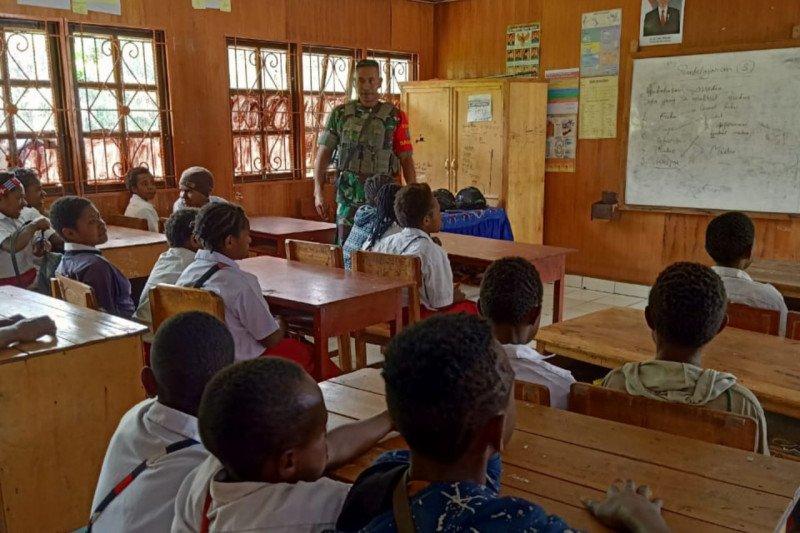 Babinsa Kodim Puncak Jaya bantu mengajar di SD Mulia