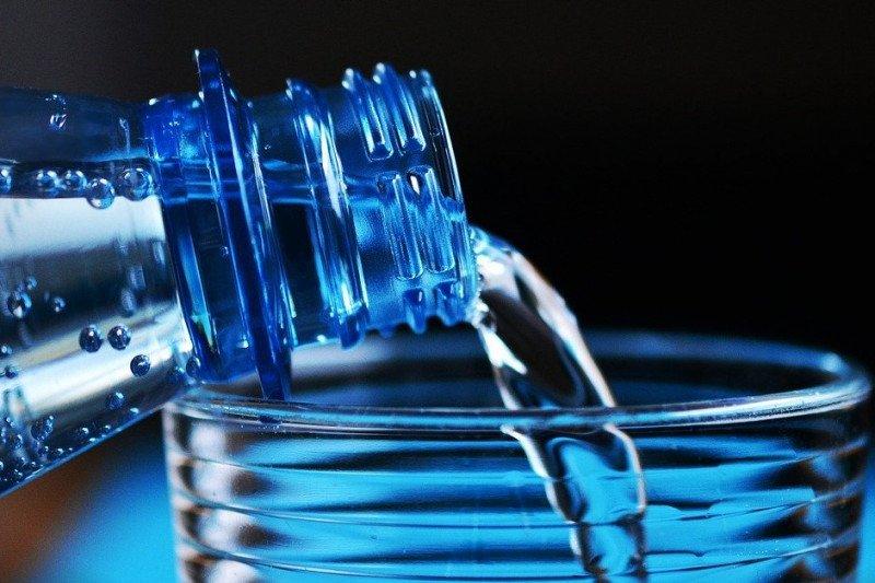 Ini alasan air kemasan yang sudah lama terasa berbeda