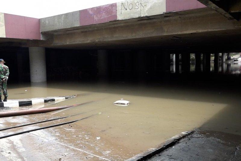 Genangan air masih setinggi dua meter di Underpass Kemayoran