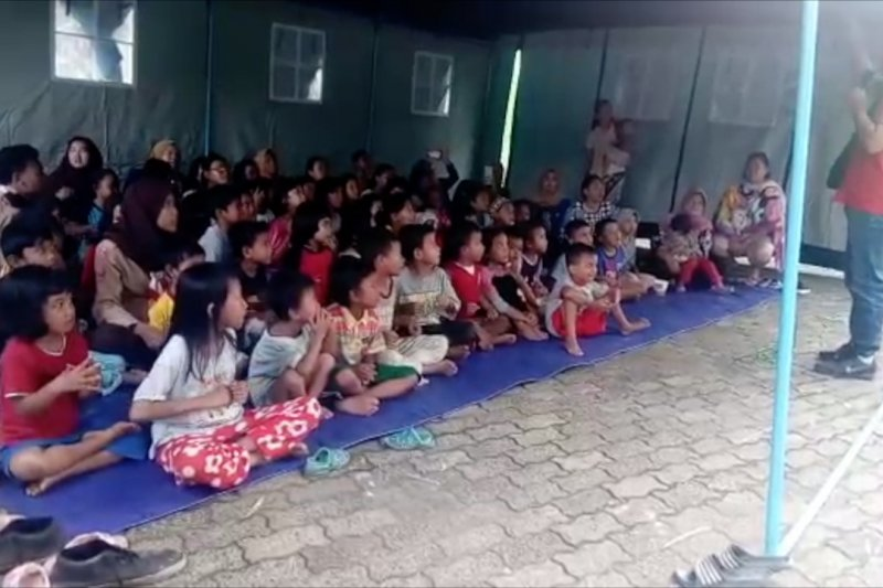 Kegiatan dongeng hibur anak-anak pengungsi banjir Cipinang Melayu