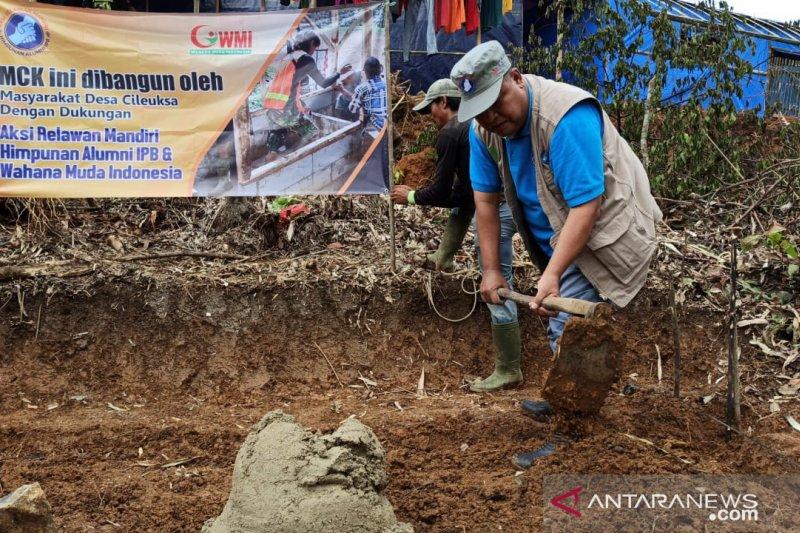 Alumni IPB bangun MCK di Cileuksa Bogor