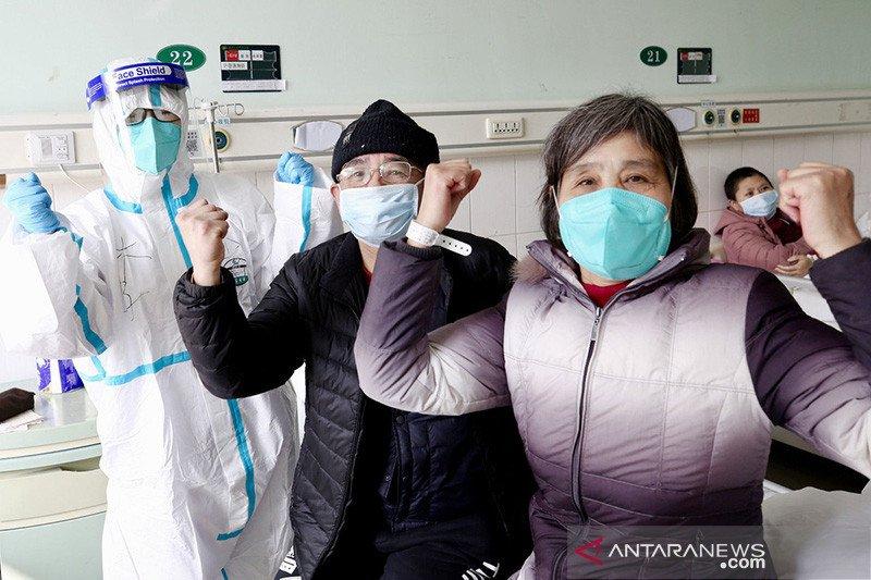 Satu keluarga yang sembuh dari virus corona kembali ke rumah di Beijing