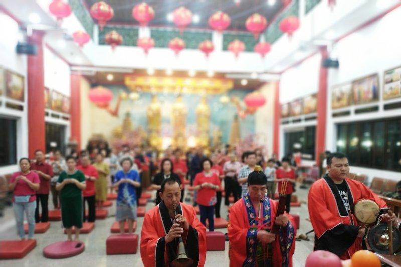 Ada ritual sembahyang meja tinggi di Klenteng Xian Ma Makassar