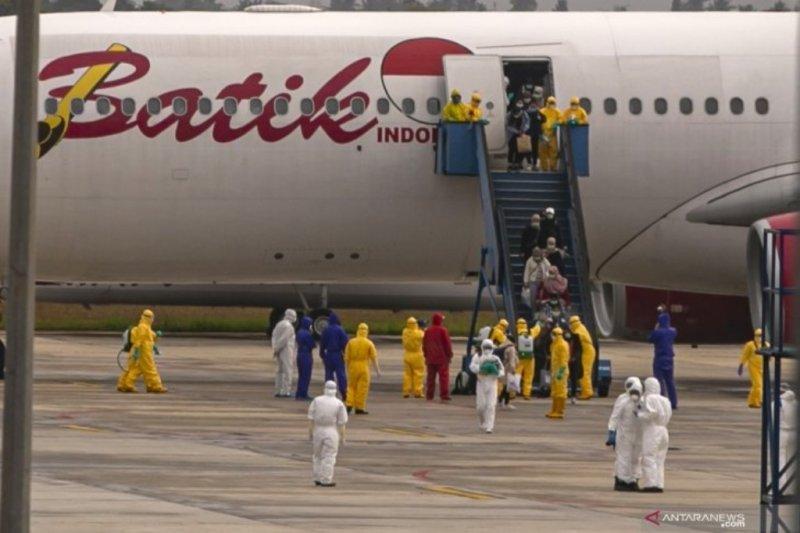 Pesawat evakuasi Wuhan tiba di Hang Nadim