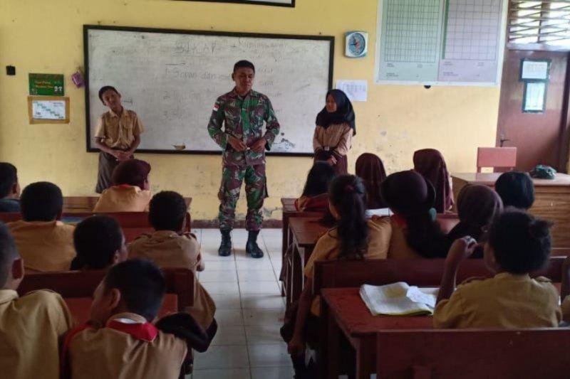 Prajurit TNI bantu mengajar di SD Inpres Arso Keerom Papua