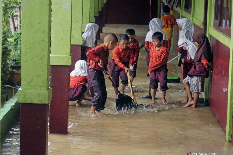 Sekolah kebanjiran akibat tanggul jebol