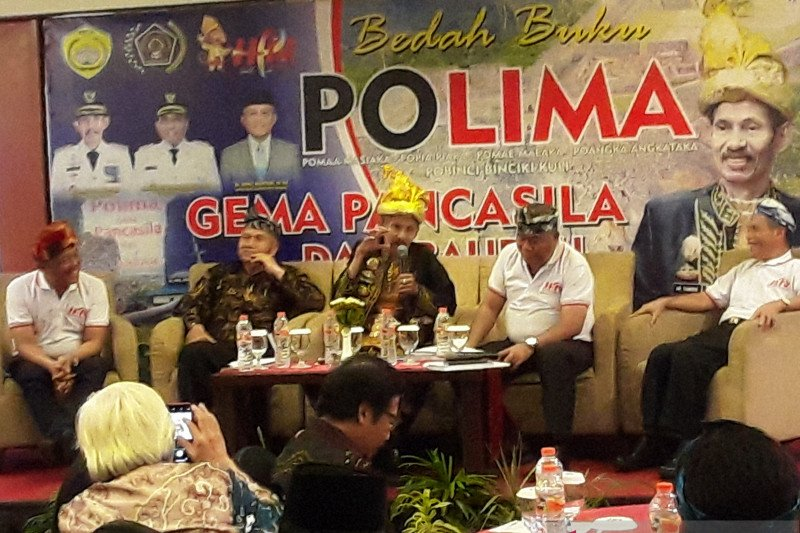 Baubau city mayor launches book in National Press Day's anniversary in Banjarmasin