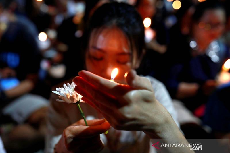 Doa bersama untuk korban penembakan massal di Thailand