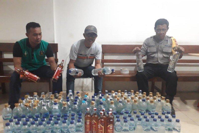 Polsek Pelabuhan Jayapura sita 157 botol minuman beralkohol asal Bitung