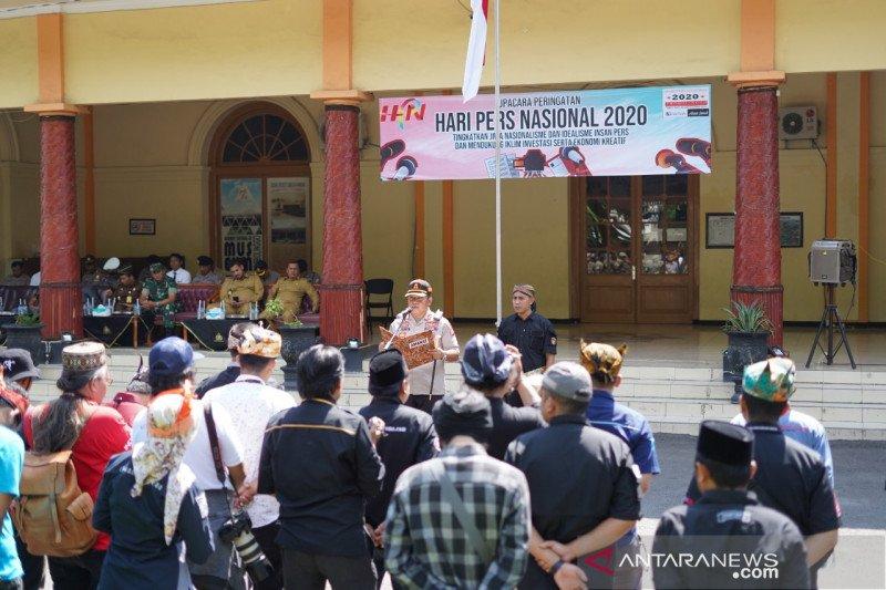 Wartawan Probolinggo peringati HPN dengan upacara bendera