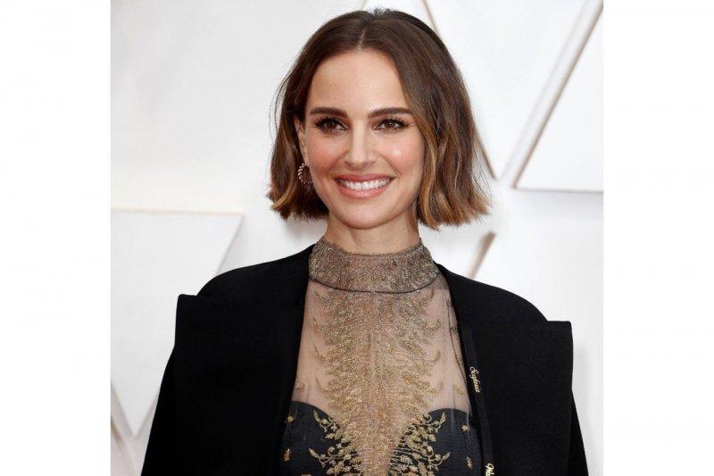 Natalie Portman pakai jubah protes di Oscar 2020