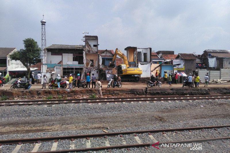 Pencari rongsokan tewas tertimpa bangunan di jalur reaktivasi KA Garut