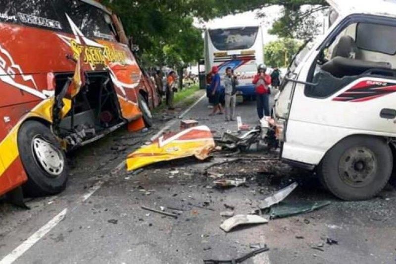 Bus sarat penumpang ditabrak truk di Madiun, sopir truk tewas