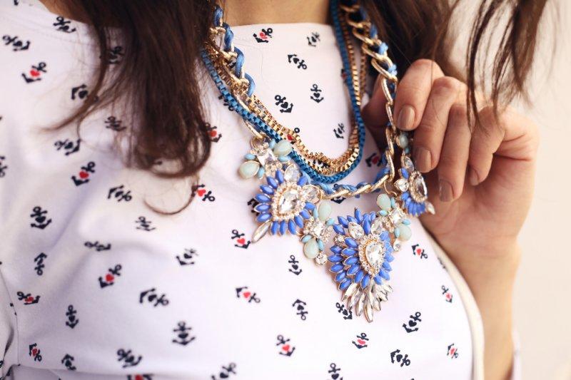 Cara menyiasati pakai kalung  bertumpuk tanpa terlihat berlebihan