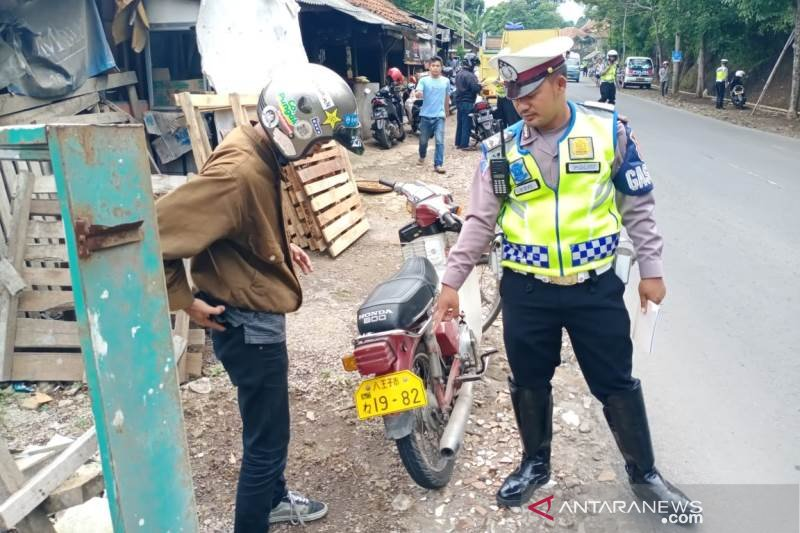 Polisi tilang sepeda motor berpelat nomor negara asing