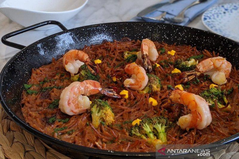 Asyiknya makan beramai-ramai di restoran  Mediterania
