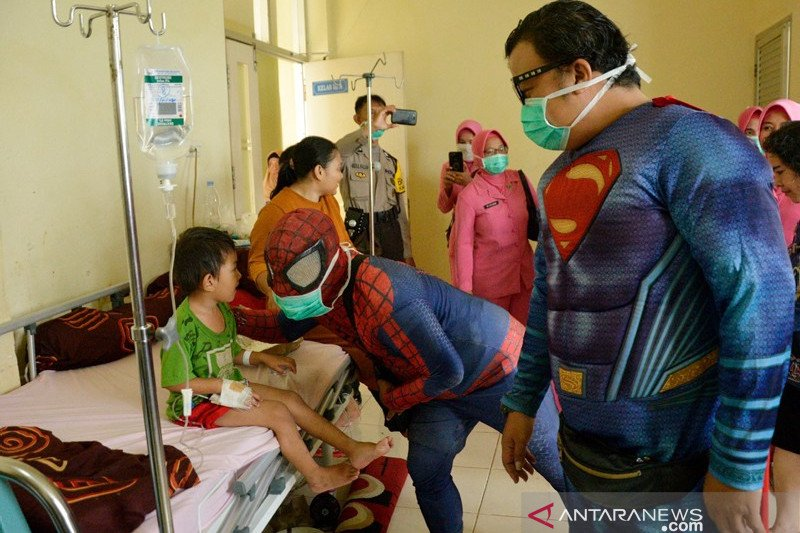 Super hero hibur pasien anak