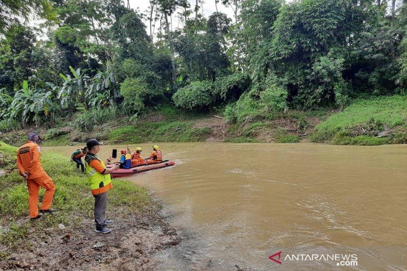 Tim SAR Bandung masih lakukan pencarian satu dari dua anak yang hanyut