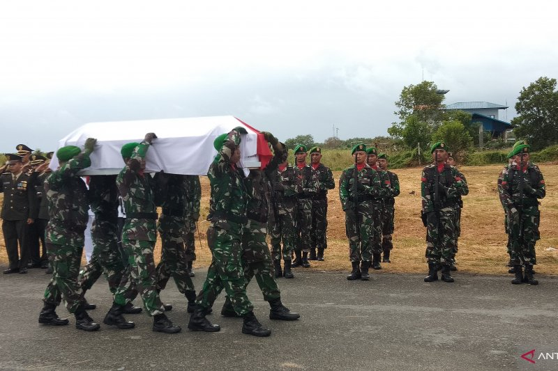 Jenazah anggota TNI korban jatuhnya helikopter tiba di Sorong