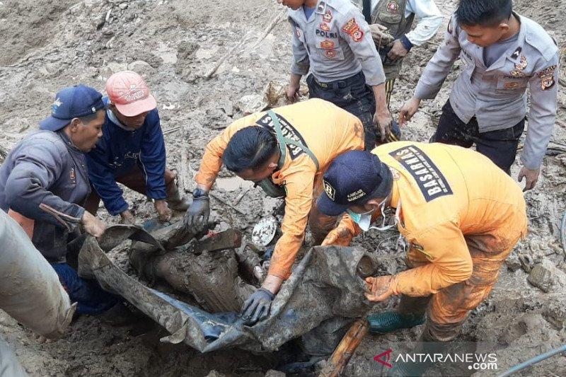 Seorang warga ditemukan tewas tertimbun tanah longsor di Garut