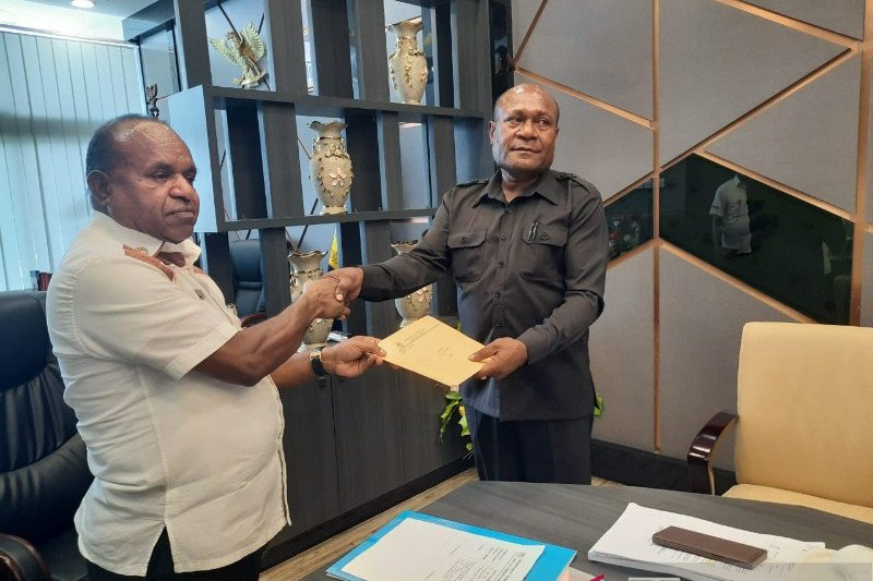 Pemprov Papua serahkan SK Pemberhentian Wakil Bupati Sarmi Yosina Insyaf
