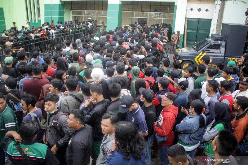 Ribuan suporter sepak bola antre tiket final Piala Gubernur Jatim