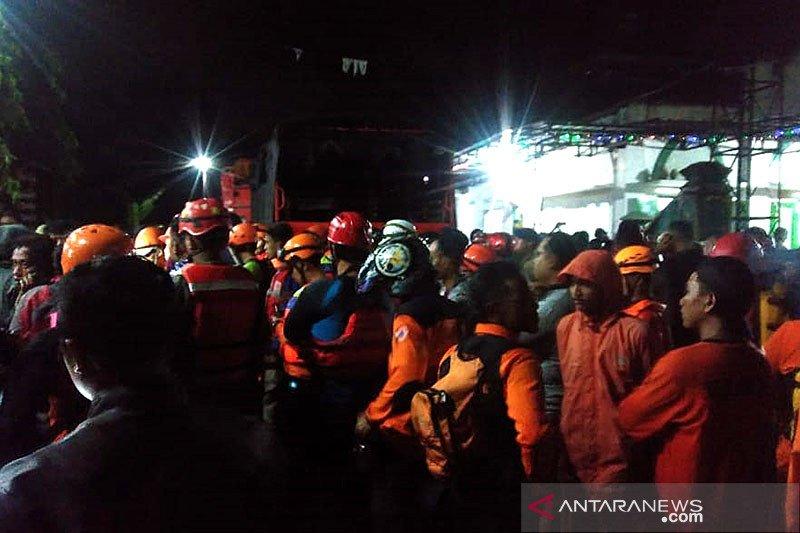 Empat tewas terseret banjir, pencarian korban terkendala lokasi gelap