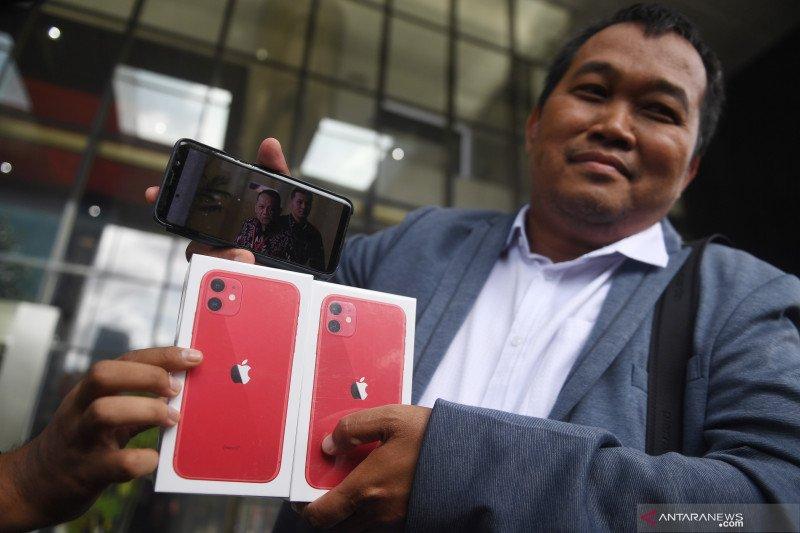 MAKI datangi KPK bawa iPhone 11 dan laporan aset diduga milik Nurhadi