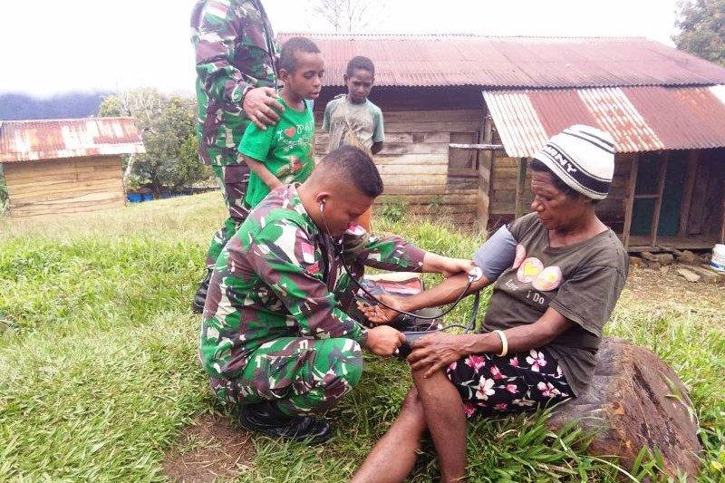 TNI AD beri pengobatan warga perbatasan di Kampung Oksemar