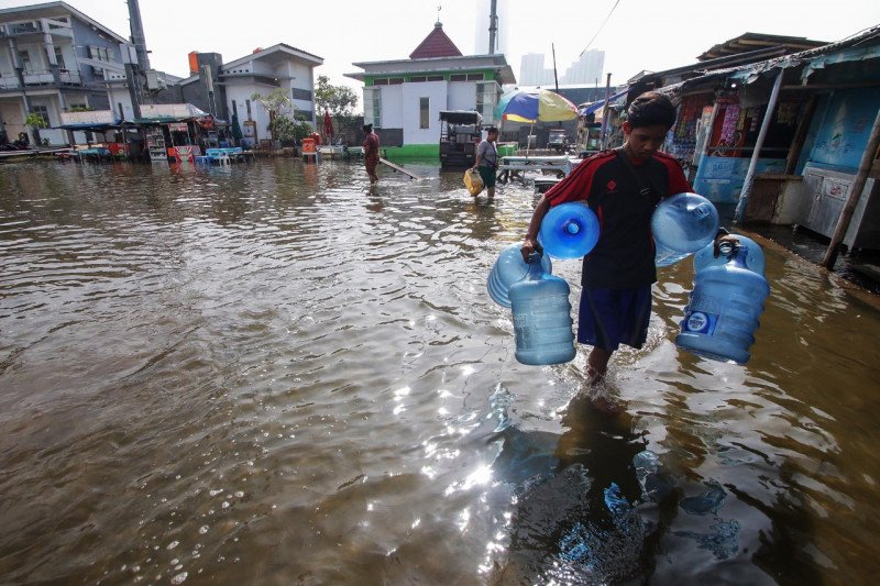 Banjir genangi sejumlah wilayah di Jakarta akibat hujan deras