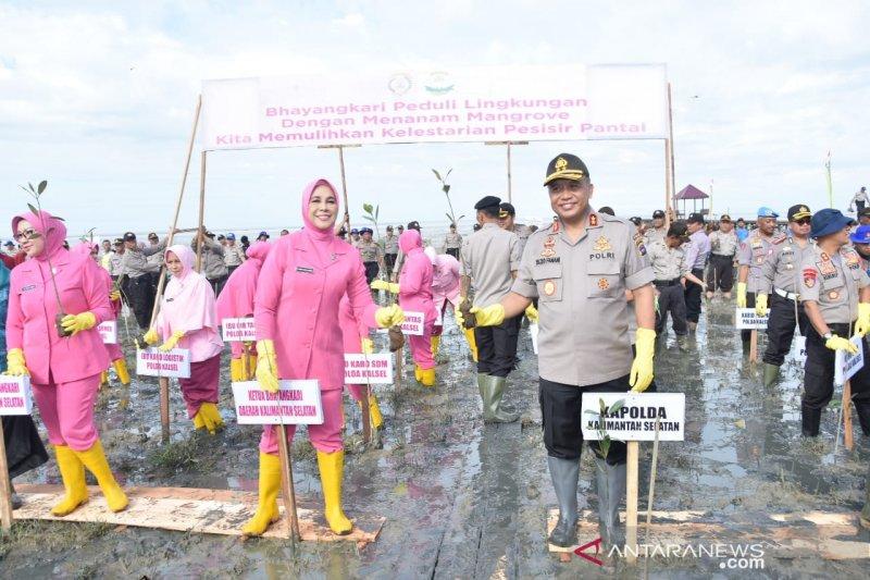 S Kalimantan police spread thousands of mangroves seeds at Pagatan Besar Beach