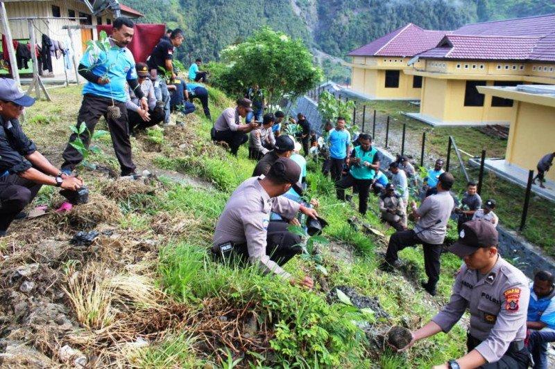 Kapolres Puncak Jaya Papua tanam bibit pohon kopi di lingkungan mapolres
