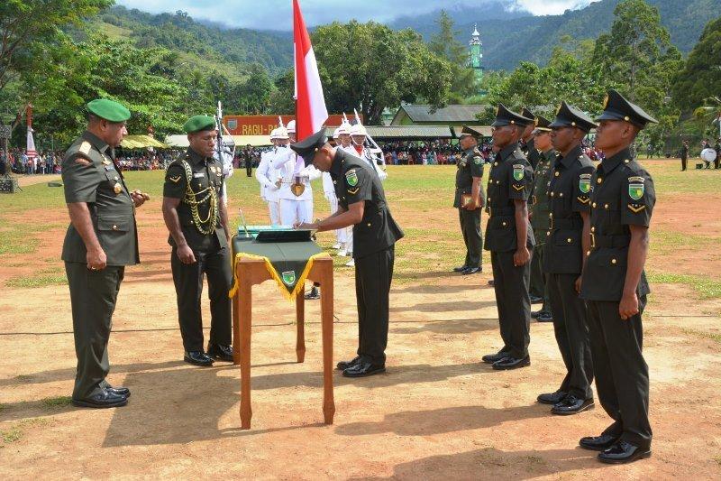 Pangdam XVII/Cenderawasih melantik 465 siswa Dikmaba TNI AD