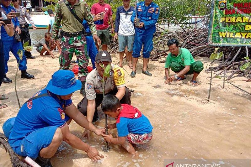 Di Pantai Mangrove Lembongan Polres Klungkung tanam bakau