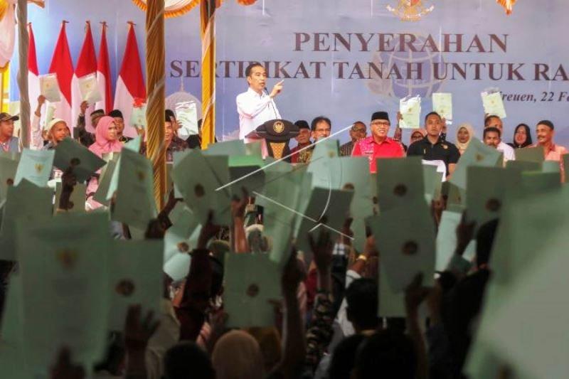 Presiden Jokowi Serahkan Sertifikat Tanah Untuk Rakyat Aceh