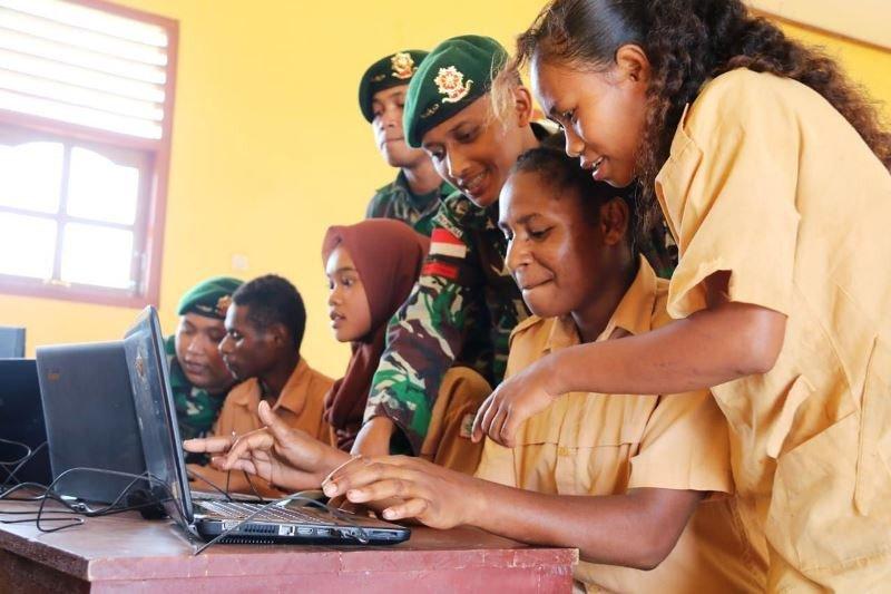 TNI ajarkan ilmu dasar komputer siswa SMP Papua di perbatasan RI-PNG