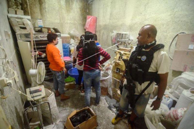 Penggerebekan Rumah Terduga Pemilik Pabrik Narkoba