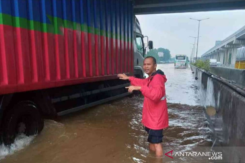 Sejumlah titik Tol Japek terendam karena hujan deras