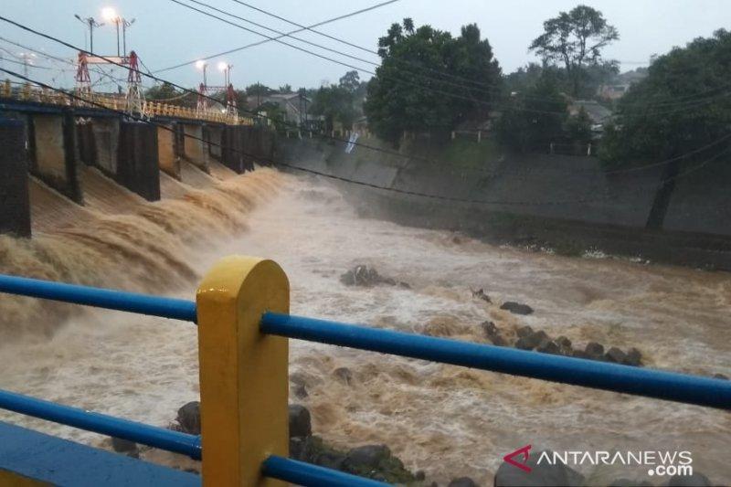 Tinggi muka air di Bendung Katulampa Kota Bogor Siaga IV