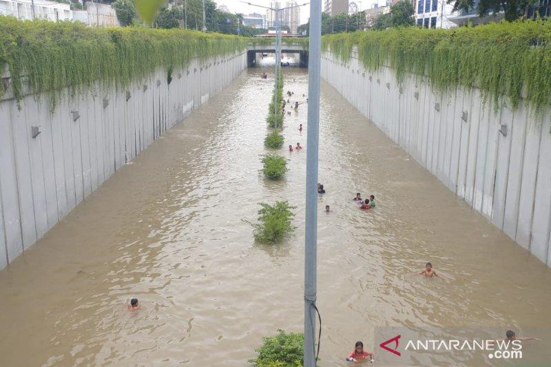 Kebanjiran, underpass Kemayoran jadi area berenang anak-anak