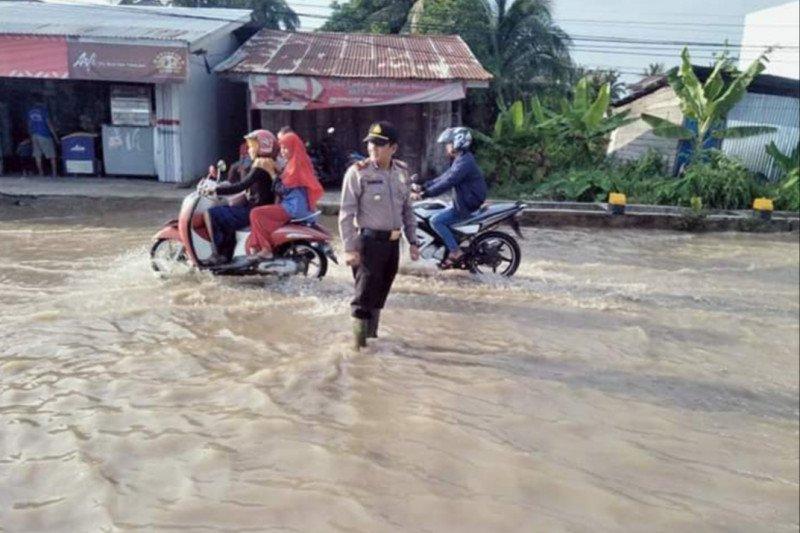 Sungai Indragiri meluap, Polisi siagakan petugas atur lalu lintas