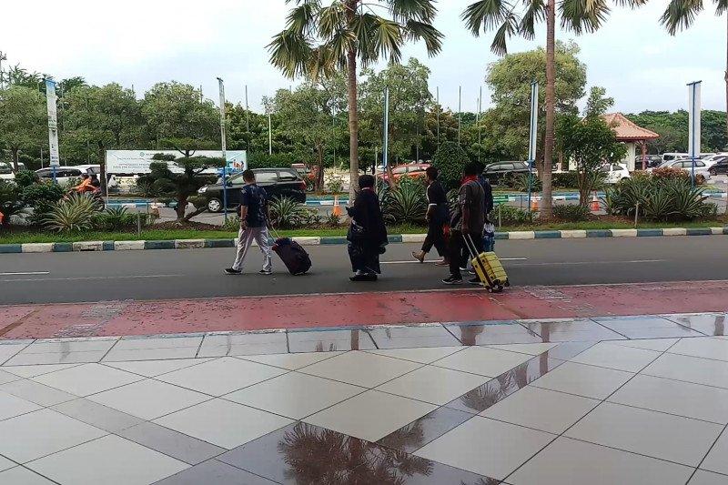 Batal berangkat ke Tanah Suci, jamaah umrah di Bandara Juanda kecewa