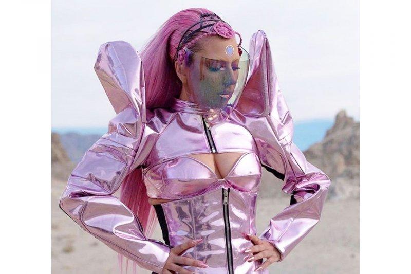 Lady Gaga tunda perayaan album