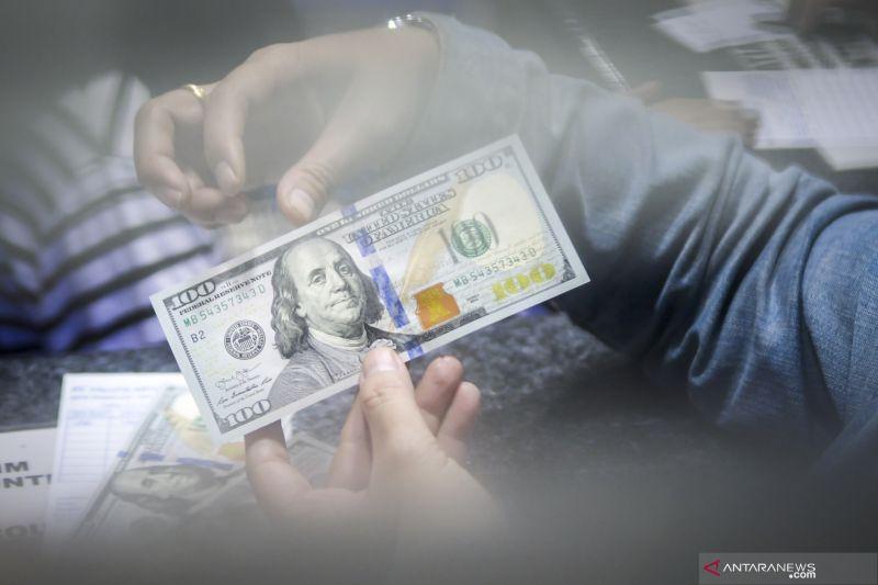 Dolar jatuh setelah kenaikan inflasi AS melemah, mata uang aman naik