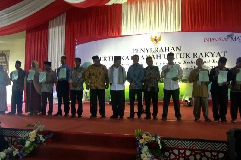 Menteri ATR/Kepala BPN serahkan 1.200 sertifikat tanah di Sukabumi