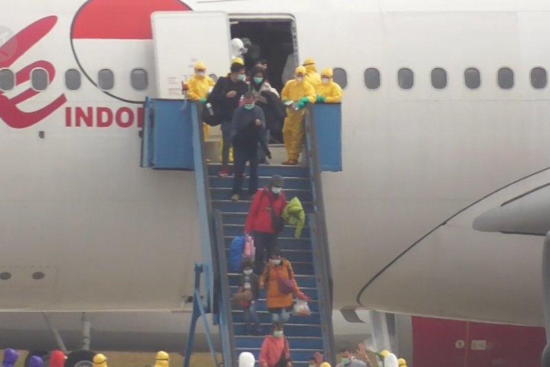 Ratusan WNI asal Wuhan tiba di Bandara Hang Nadim Batam