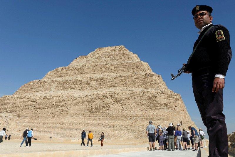 Mesir bersihkan Piramida Giza yang ditutup dari turis