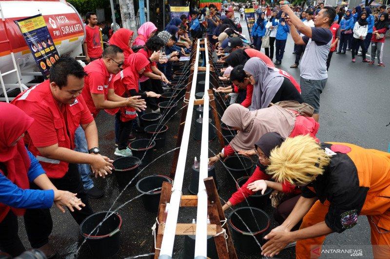Aksi cuci tangan bersama PMI